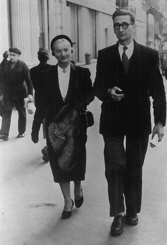 Alex et Marguerite Guibert-Germain sur la cannebière à Marseille.