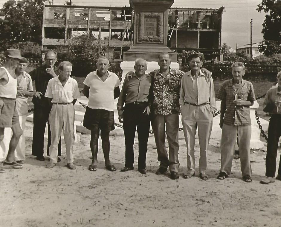 H. Charrière au milieu d'anciens bagnards retrouvés en Guyane en 1969.