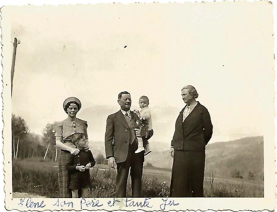 De gauche à droite : sa sœur Hélène, son père Joseph, sa belle-mère Juliette Charras.