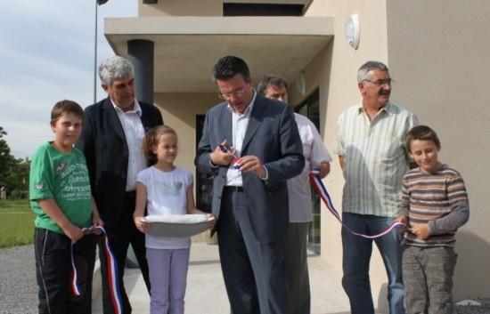 Le député Jean-Claude Flory découpant le ruban tricolore.